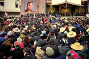 De Panchen Lama ontvangt de lokale bevolking in 1985. [foto Panchen Lama aan foto toegevoegd]