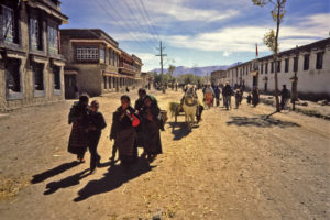 Straatbeeld in Gyangtse in 1985.